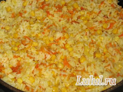 рис с луком и морковкой на сковороде