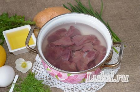 Весенний салат из листьев одуванчика и куриной печени фото