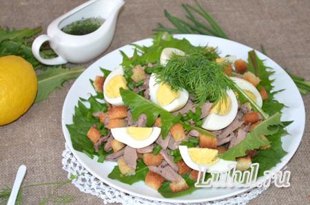 Весенний салат из листьев одуванчика и куриной печени
