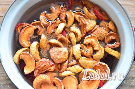 Компот из сухофруктов и ягод: яблок, вишни, сливы