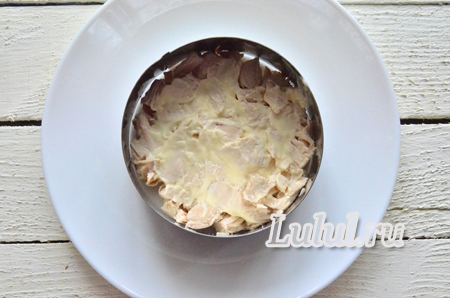 Слоеный салат с корнишонами и курицей заправленный горчицей и майонезом