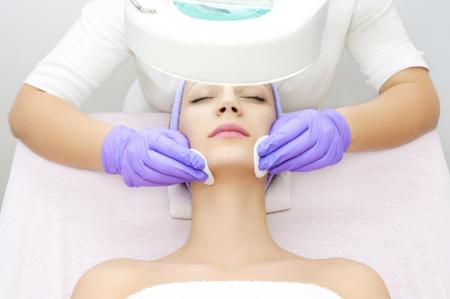 Механическая чистка лица. Как подготовиться к процедуре, как делают чистку кожи лица и как часто, противопоказания