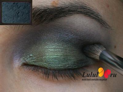 Вечерний макияж глаз для брюнеток с зелеными тенями металлик