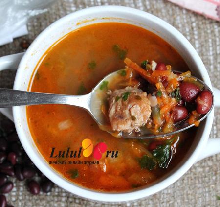 Фасолевый суп из красной фасоли с жареными колбасками и чесноком фото