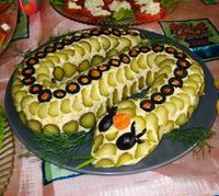 год змеи. делаем салат в форме змеи