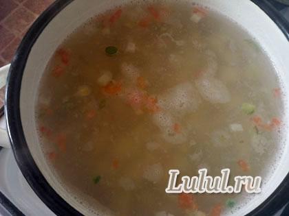 Детский суп с фрикадельками, лапшой, болгарским перцем и перепелиными яйцами