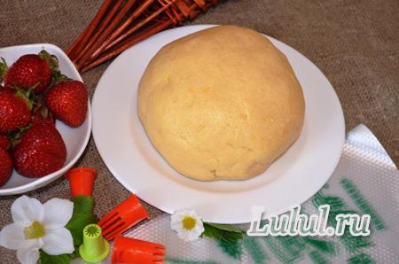 Пирожное с клубникой и безе