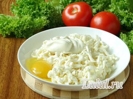 Куриные окорочка с грибами, сыром и помидорами