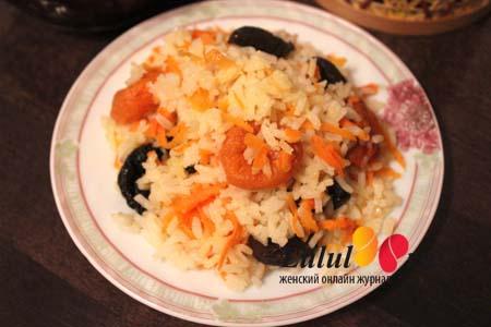 Рассыпчатый постный рис в духовке с морковью и сухофруктами в горшочках. Рецепт с фото