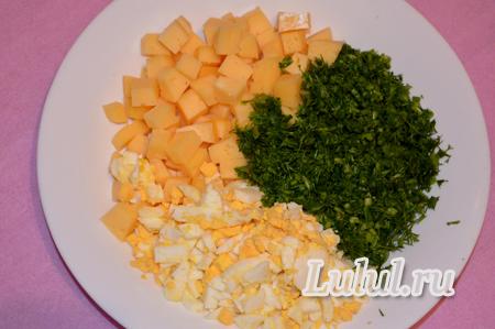 Рыбный рулет с начинкой из яиц и сыра на сковороде